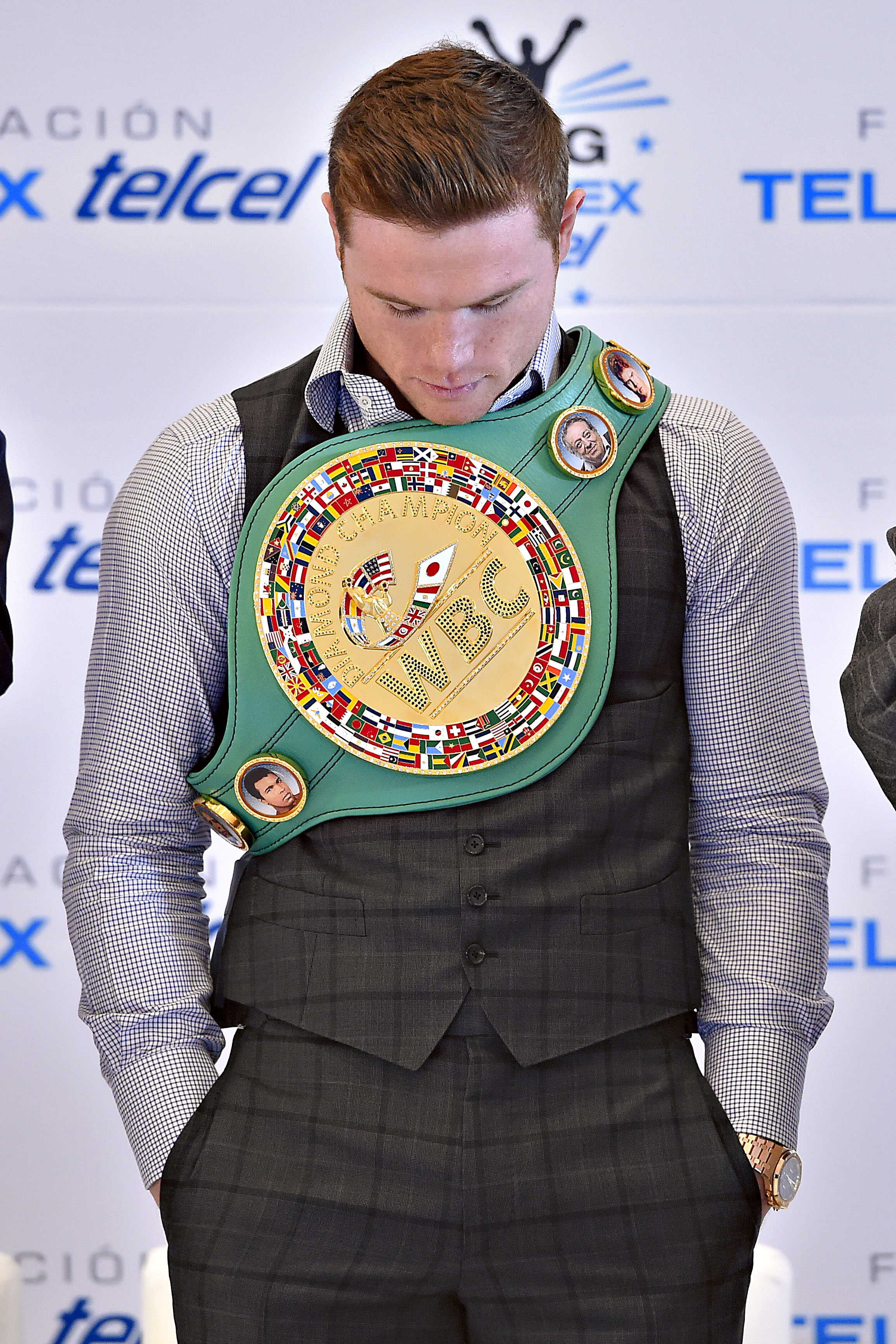 6540125 canelo Alvarez Presented With Wbc Middleweight Ch ionship Belt on oscar de lay hoya