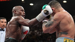 Full Report & Photos – Floyd Mayweather Seizes 'The Moment'